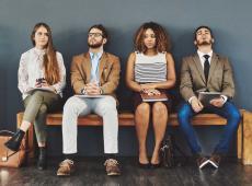 Rij personen wachten op jobinterview