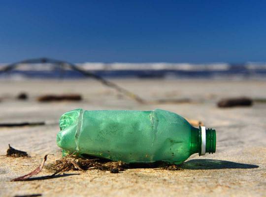 Plastic fles op strand
